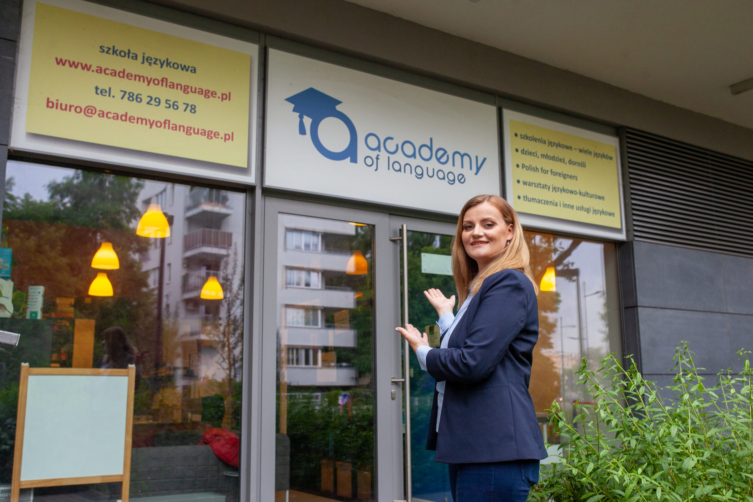 Od 2014 roku znajdujemy się przy ulicy Rydygiera 11/U7 na warszawskim Żoliborzu. Zaufało nam już ponad 2500 klientów, co roku siedmiu języków (angielskiego, niemieckiego, hiszpańskiego, francuskiego, włoskiego, rosyjskiego i polskiego dla obcokrajowców) uczy się z nami ponad 500 osób. Prowadzimy zajęcia stacjonarnie i on-line. Dzięki naszemu know-how i długoletniemu doświadczeniu obie formy nauki okazują się u nas równie skuteczne i obie mają swoich fanów. Nauczamy na kursach grupowych, wyłącznie w małym, zazwyczaj 4-6-osobowym gronie uczniów, bo wierzymy, że kameralna grupa sprzyja aktywności i efektywności nauki. Dla osób, które wolą uczyć się tylko z lektorem, proponujemy kursy indywidualne i w parach. Z naszych usług korzystają dorośli, młodzież i dzieci od czwartego roku życia. Prowadzimy też kursy in-company dla pracowników firm oraz kursy ogólne i egzaminacyjne w szkołach podstawowych (m.in.: SP 223, SP Przymierza Rodzin). Zajęcia odbywają się w naszej placówce, w domach kursantów, w biurach i instytucjach oraz on-line. 90% naszych klientów to osoby kontynuujące kursy oraz takie, którym naszą szkołę polecili zadowoleni kursanci!